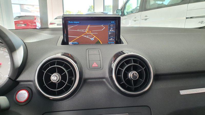 AUDI S1 Sportback 2.0 TFSI quattro pantalla y salida de aire acondicionado y calefaccion