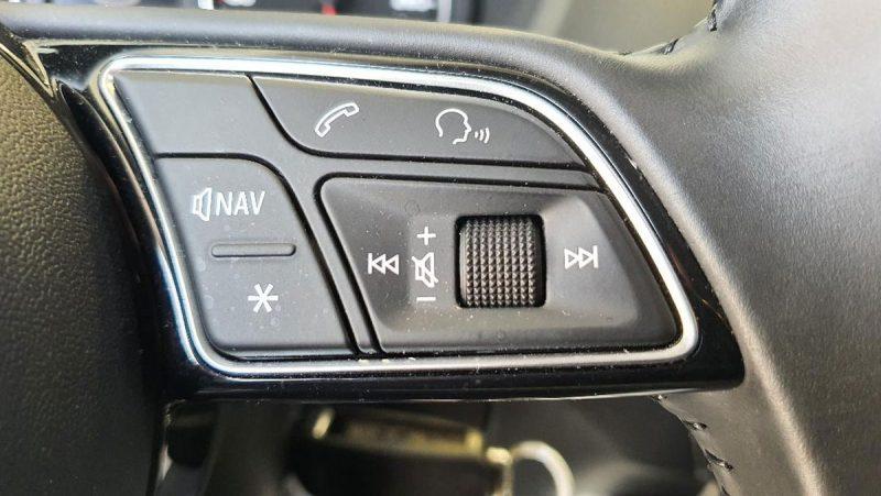 Audi Q2 design edition mando en volante