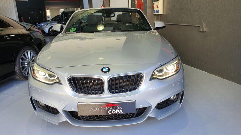 BMW Serie 2 218d Cabrio vista delantera de los faros encendidos