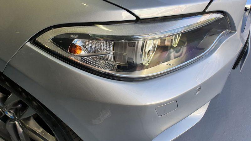 BMW Serie 2 218d Cabrio vista del faro delantero derecho desde el lateral