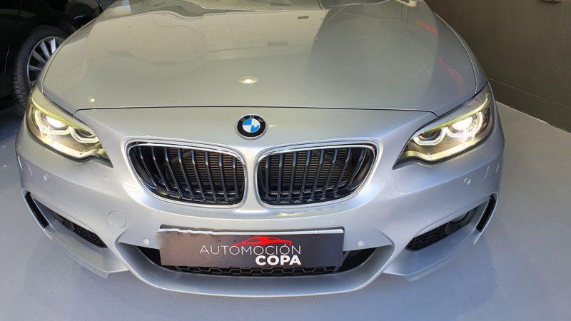 BMW Serie 2 218d Cabrio vista frontal de los faros encendidos