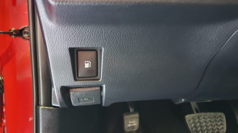 LEXUS CT 1.8 200h Business 5p apertura del deposito de la gasolina y pedales