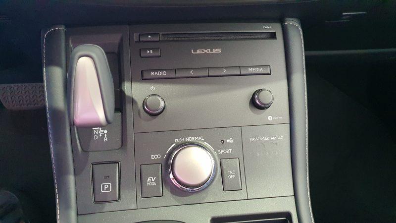 LEXUS CT 1.8 200h Business 5p palanca de cambio automatico y panel del control del audio
