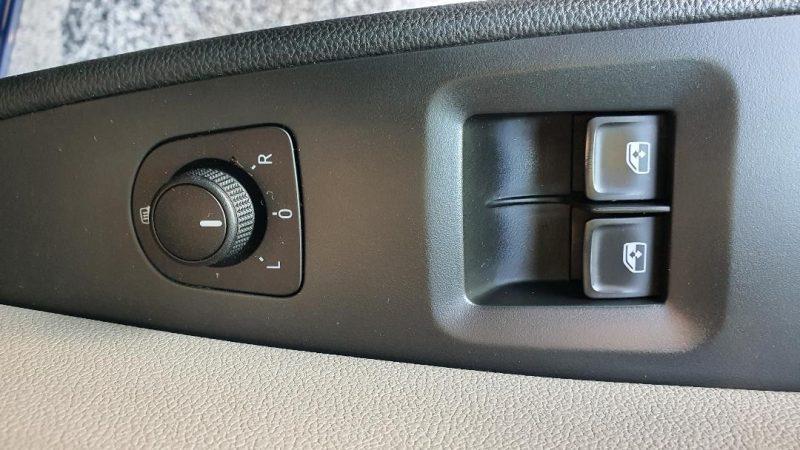 SEAT Leon ST 1.6 TDI StSp Reference control de ventanillas y retovisores en la puerta del conductor