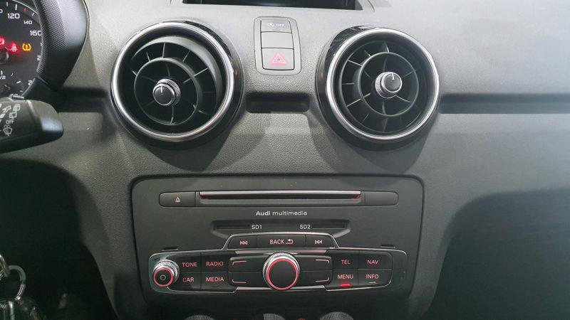 AUDI A1 1.0 TFSI de segunda mano, salida del aire y radio.