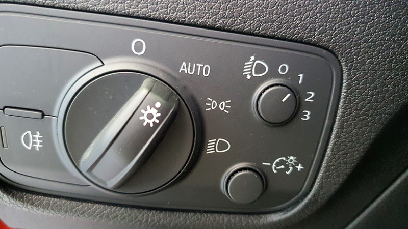 Audi Q2 1.4 TFSI, botones de luces