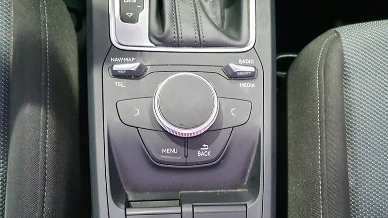 AUDI Q2 1.4 TFSI, detalle mandos.